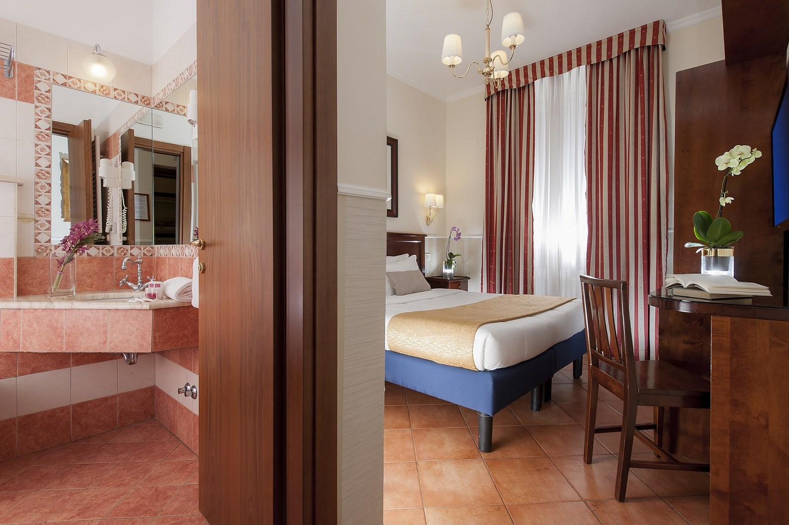 <a href='http://www.luccihotelrome.com' target='_blank'>www.luccihotelrome.com<br />Hotel Des Artistes Dependance</a>